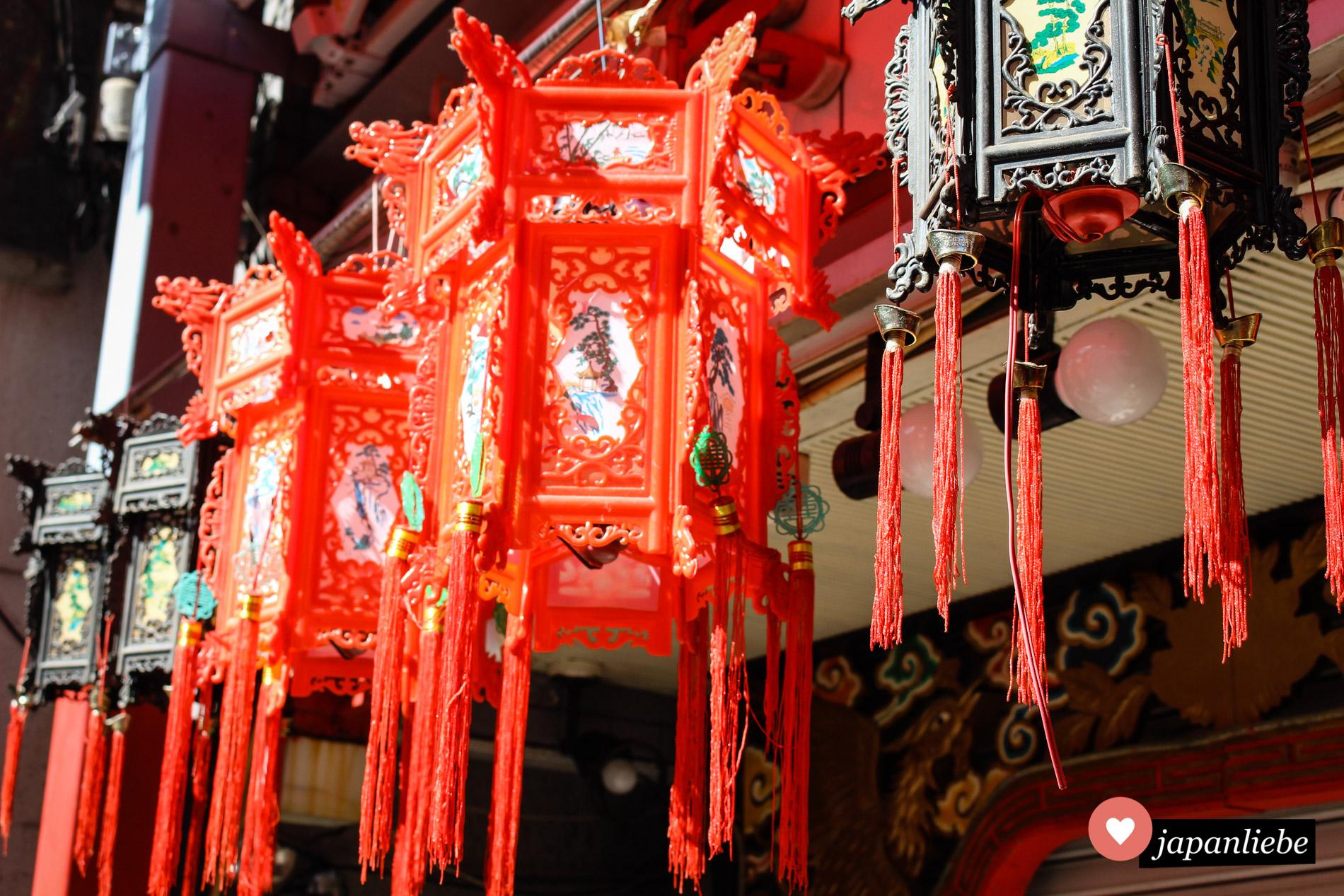 Unverkennbar für Kobes Chinatown: die Laternen, die sich in ihrem Stil komplett von den japanischen Reispapier-Laternen unterscheiden.