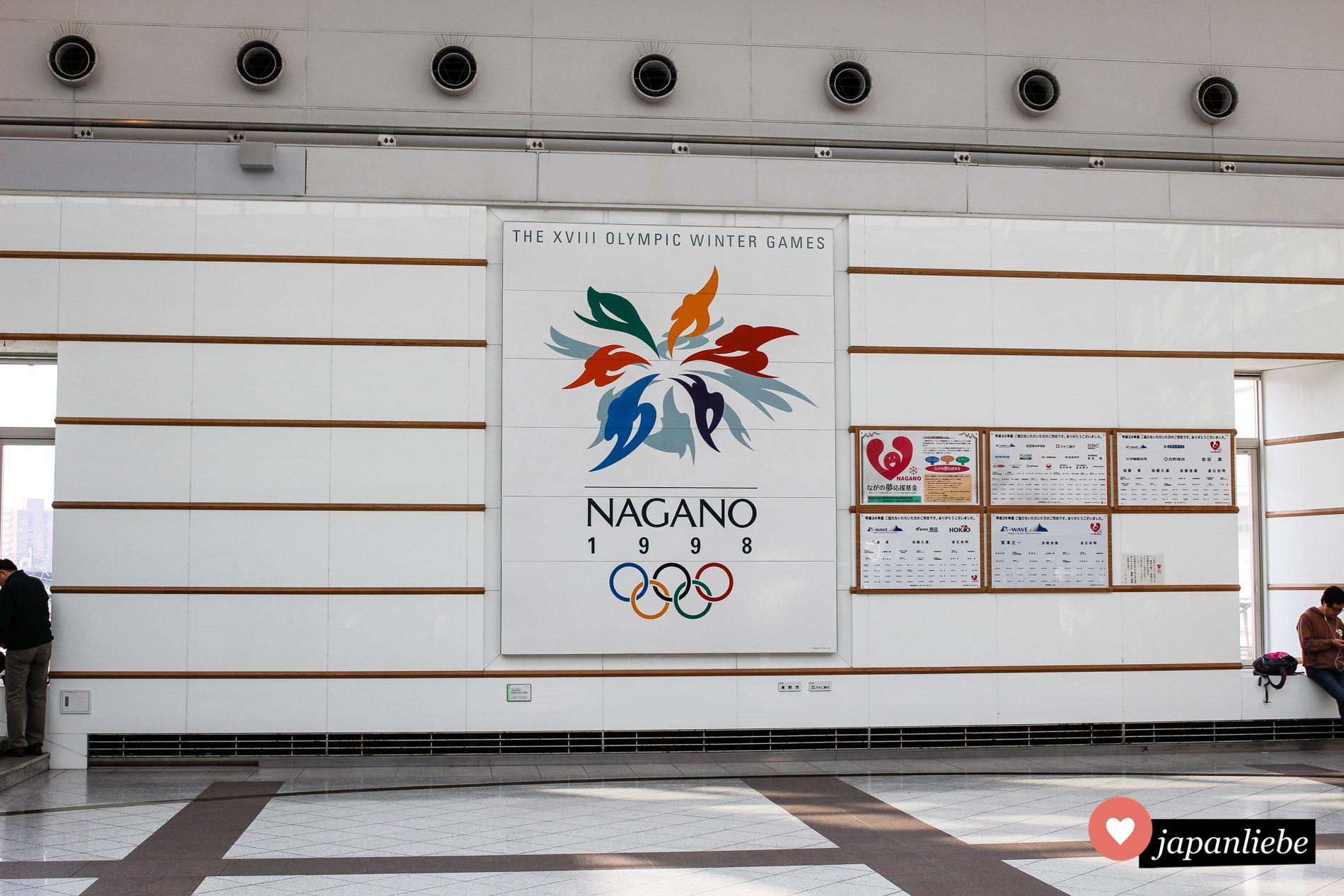 Am Bahnhof in Nagano erinnert eine große Gedenktafel an die Olympischen Winterspiele von 1998.