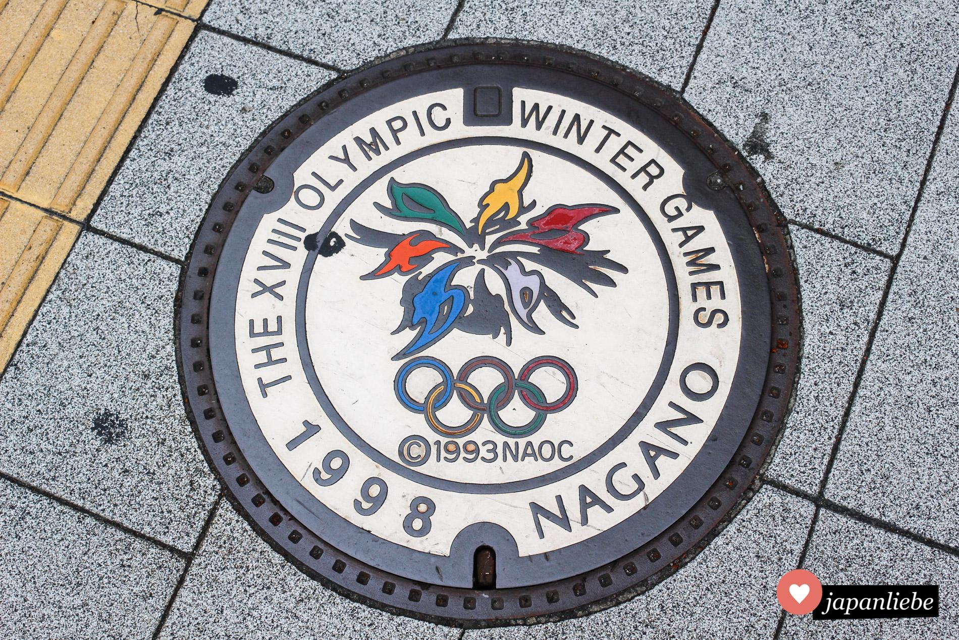 Noch immer erinnern farbige Kanaldeckel an die Olympischen Winterspiele 1998 in Nagano.