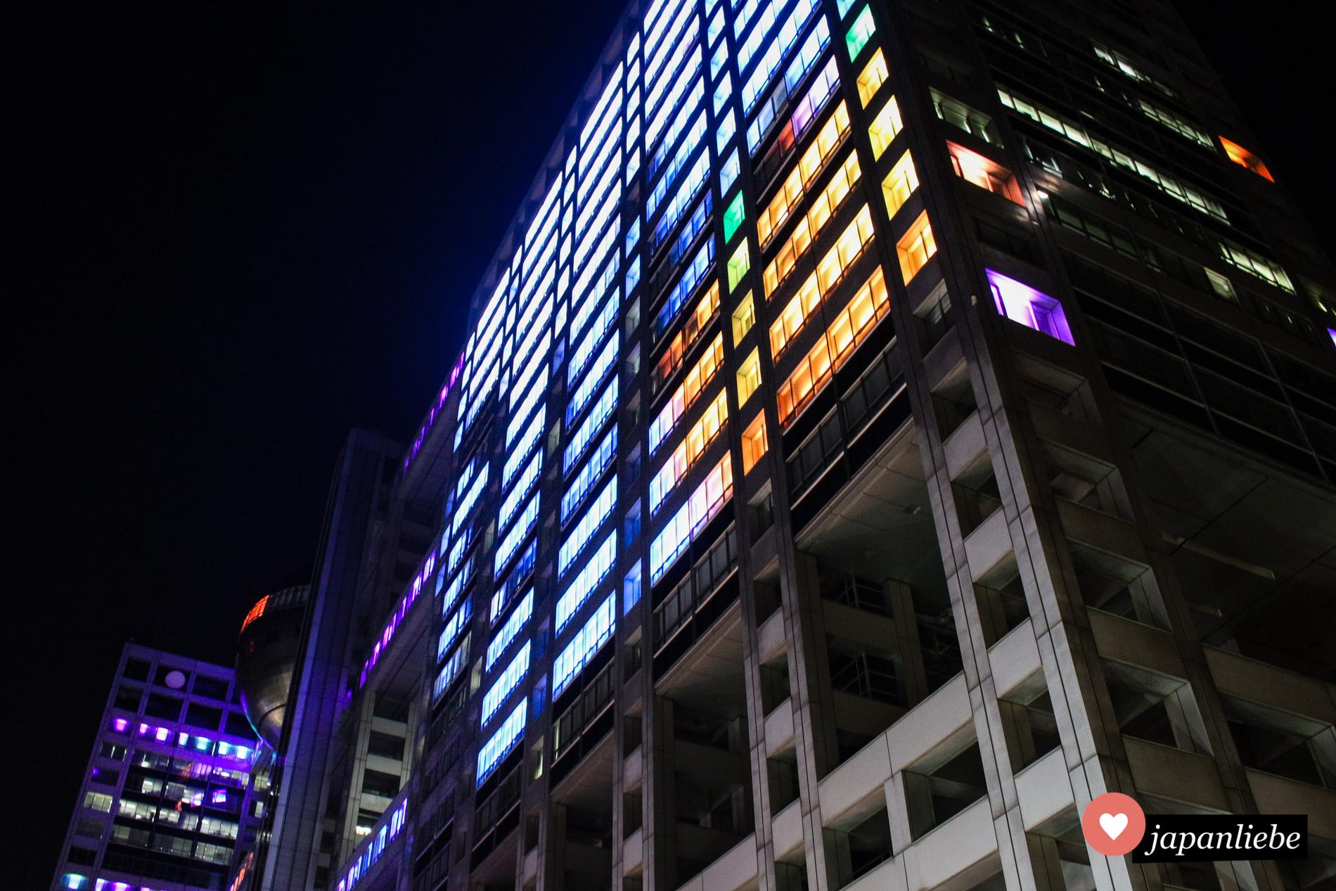 Das Fuji TV Gebäude ist ein echter Hingucker, besonders mit bunter Sonderbeleuchtung.