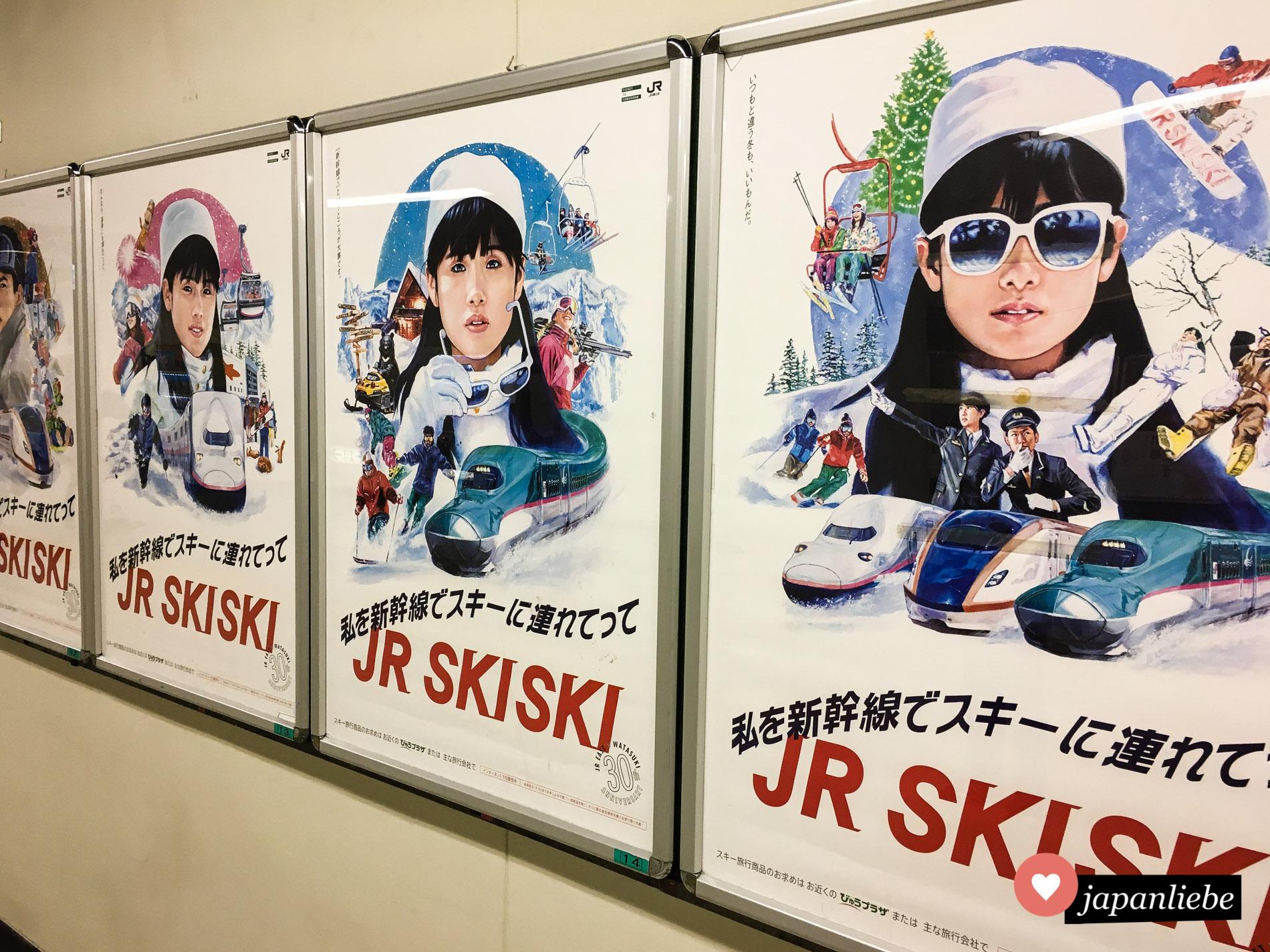 Die japanische Bahngesellschaft JR bewirbt mit Plakaten für die SkiSki-Kampagne.