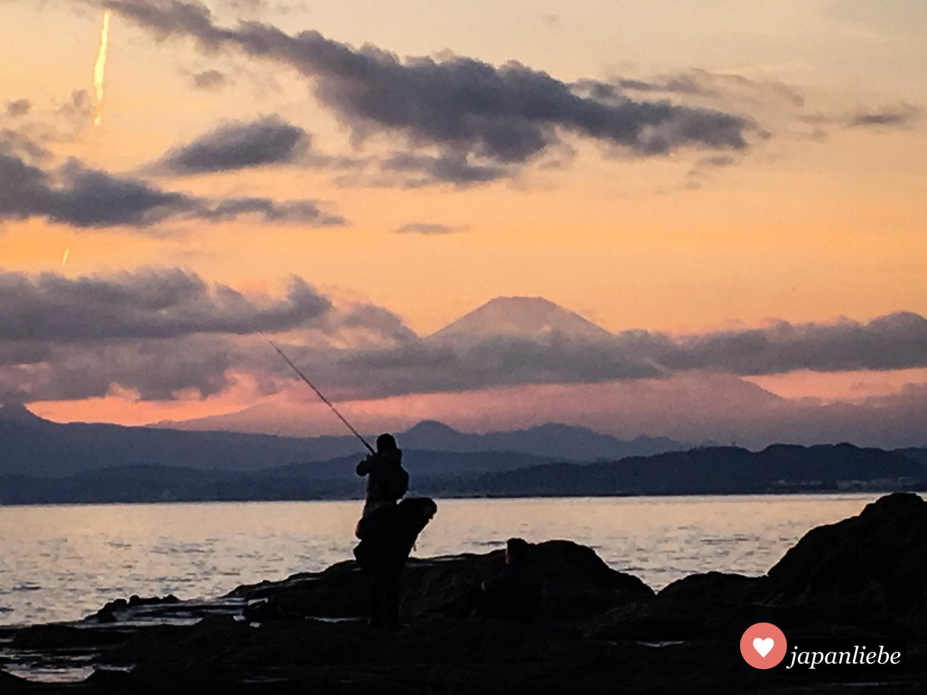 Der Fuji bei Abendrot von Enoshima aus.