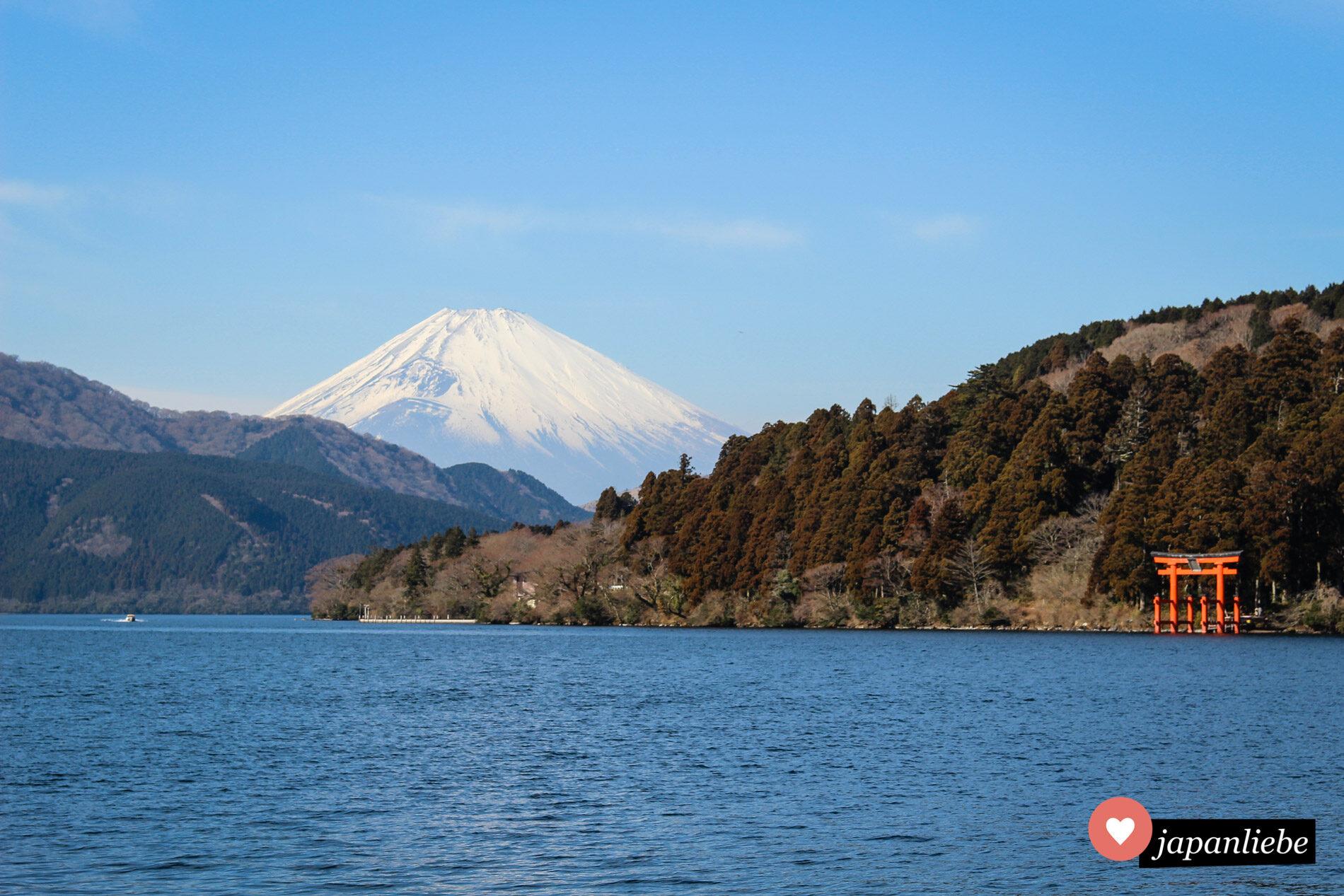 Japan in einem Bild: der Fuji und das rote torii des Hakone-Schreins am Ashi-See.