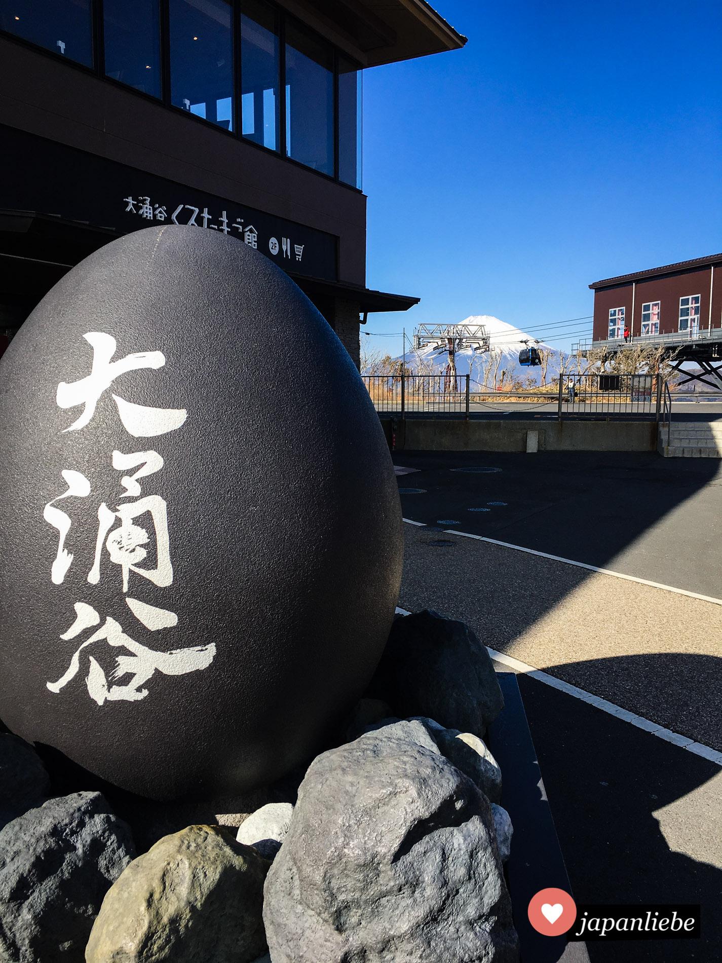 Die schwarzen Eier, die es an der Owakudani-Station der Hakone-Seilbahn zu kaufen gibt, versprechen ein langes Leben. Die Aussicht kann sich auf alle Fälle sehen lassen.