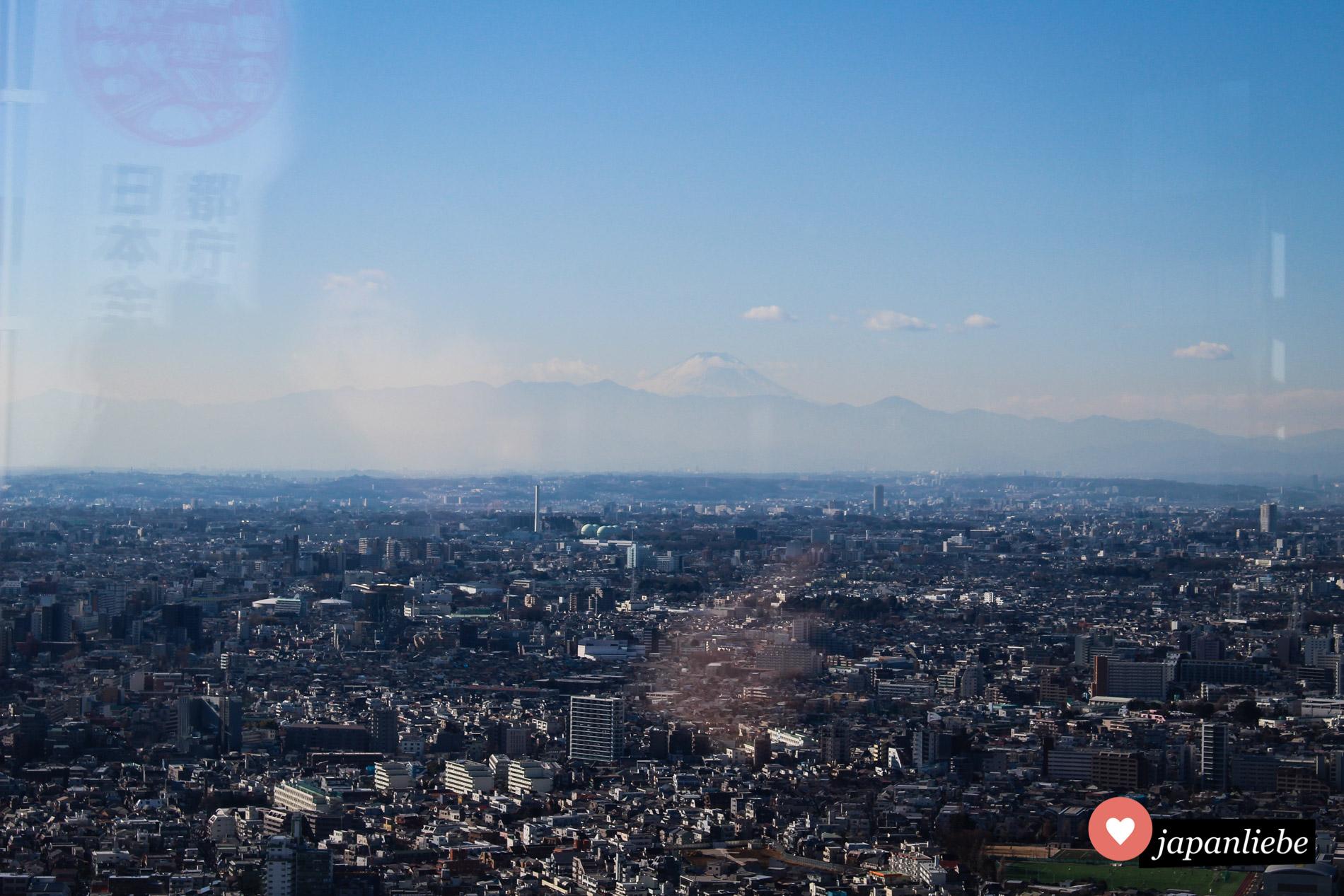 Ein seltener Anblick vom Tōkyō Metropolitan Government Building: der Fuji.