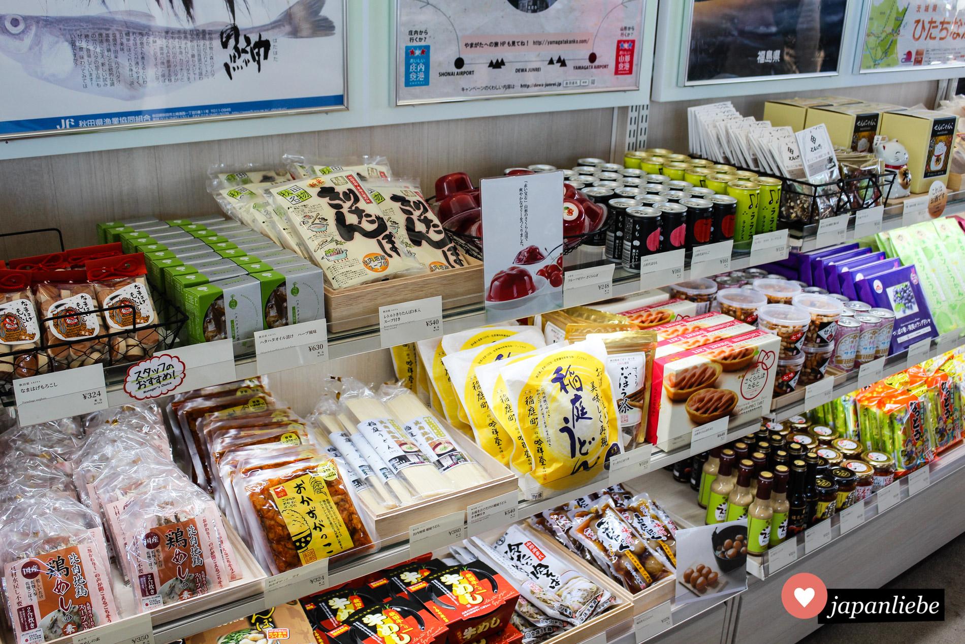 Auf den Aussichtsplattformen gibt es diverse Mitbringsel aus allen Regionen Japans zu erwerben.