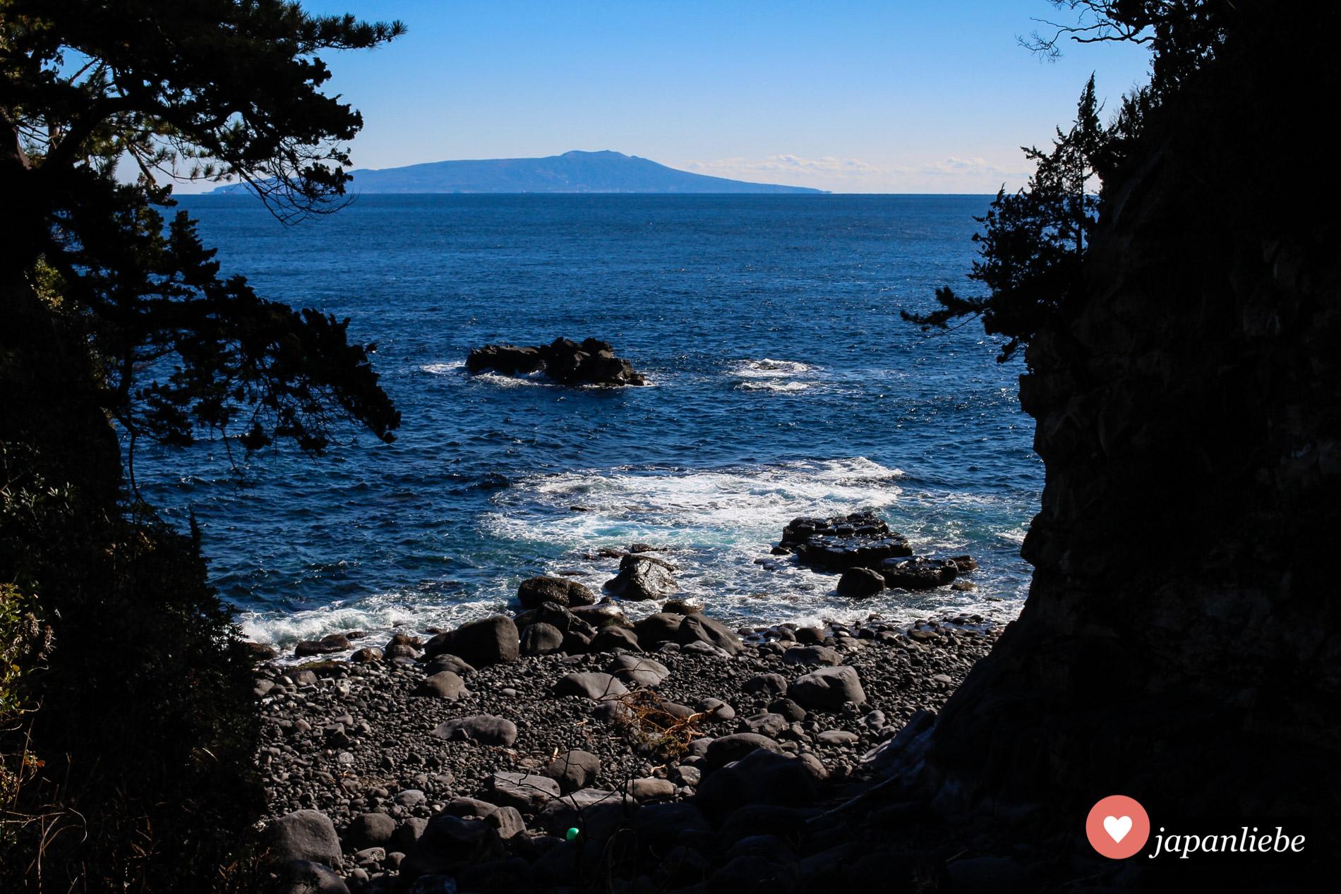 Bei klarem Wetter sieht man am Horizont die Insel Ōshima.