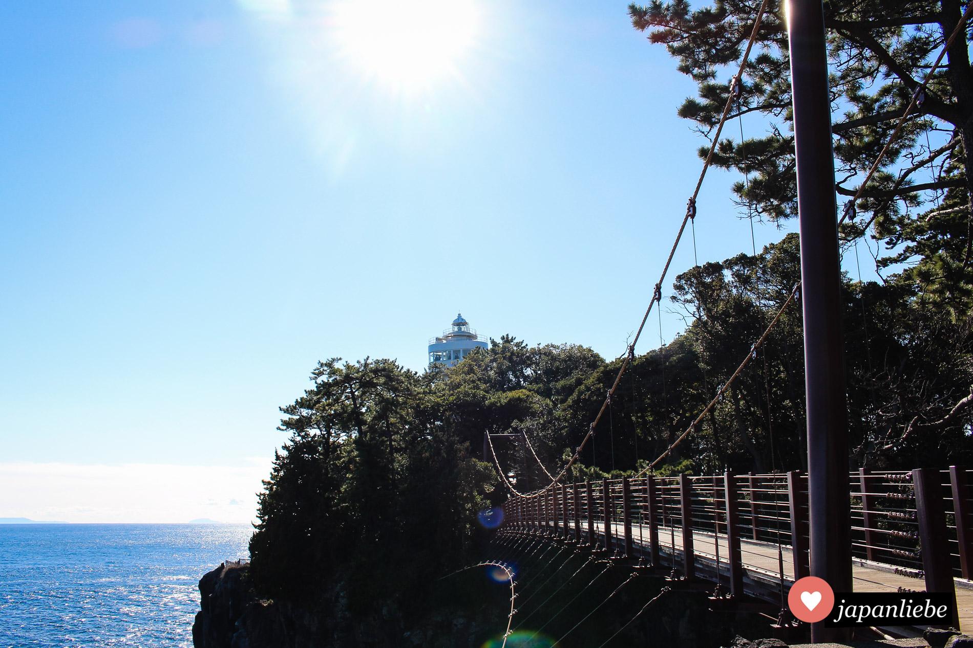 Eine 38 Meter lange Hängebrücke führt knapp 50 Meter über dem Wasser hinüber zum Kap Kadowaki.