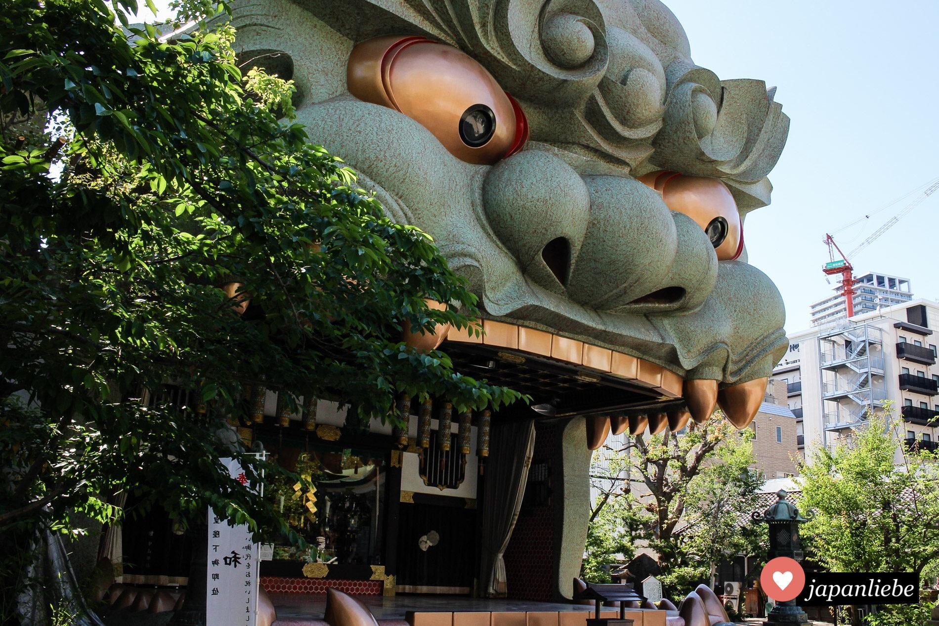 Der Namba Yasaka-Schrein in Ōsaka ist vor allem für seine Bühne in Form eines Löwenkopfs berühmt.