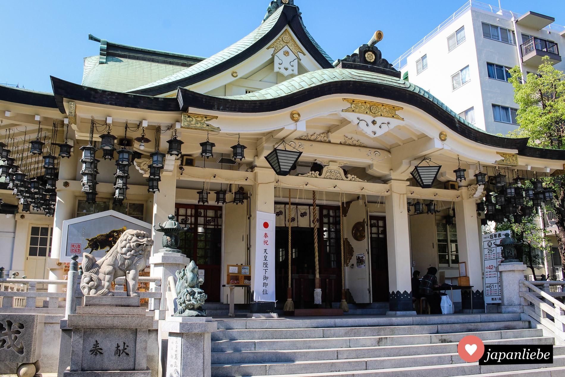 Das Hauptgebäude des Namba Yasaka-Schreins ist nicht so oft Fotomotiv wie die Löwenkopf-Bühne daneben.