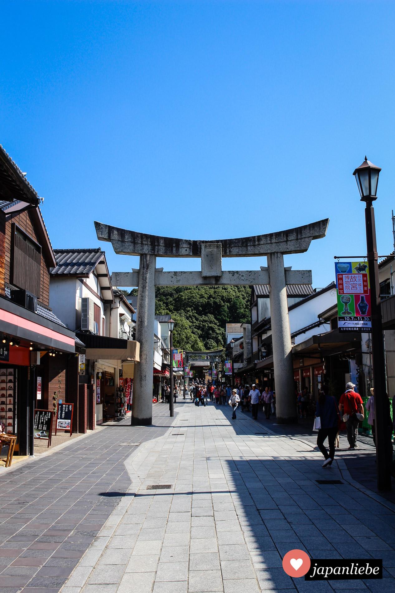 In Dazaifu ist der Weg vom ersten torii bis zum Tenman-gū Schrein eine belebte Einkaufsstraße.
