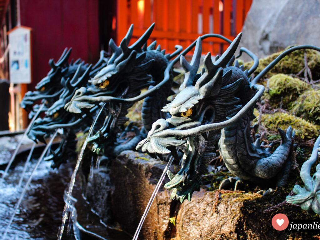 Wasserspeier in Drachenform am Hakone-Schrein.
