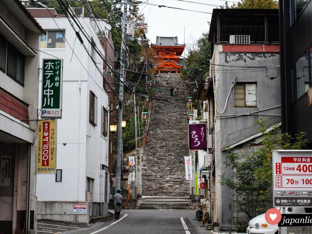 Der Isaniwa Schrein in Matsuyama möchte erst durch eine lange Treppe hinauf erklommen werden.