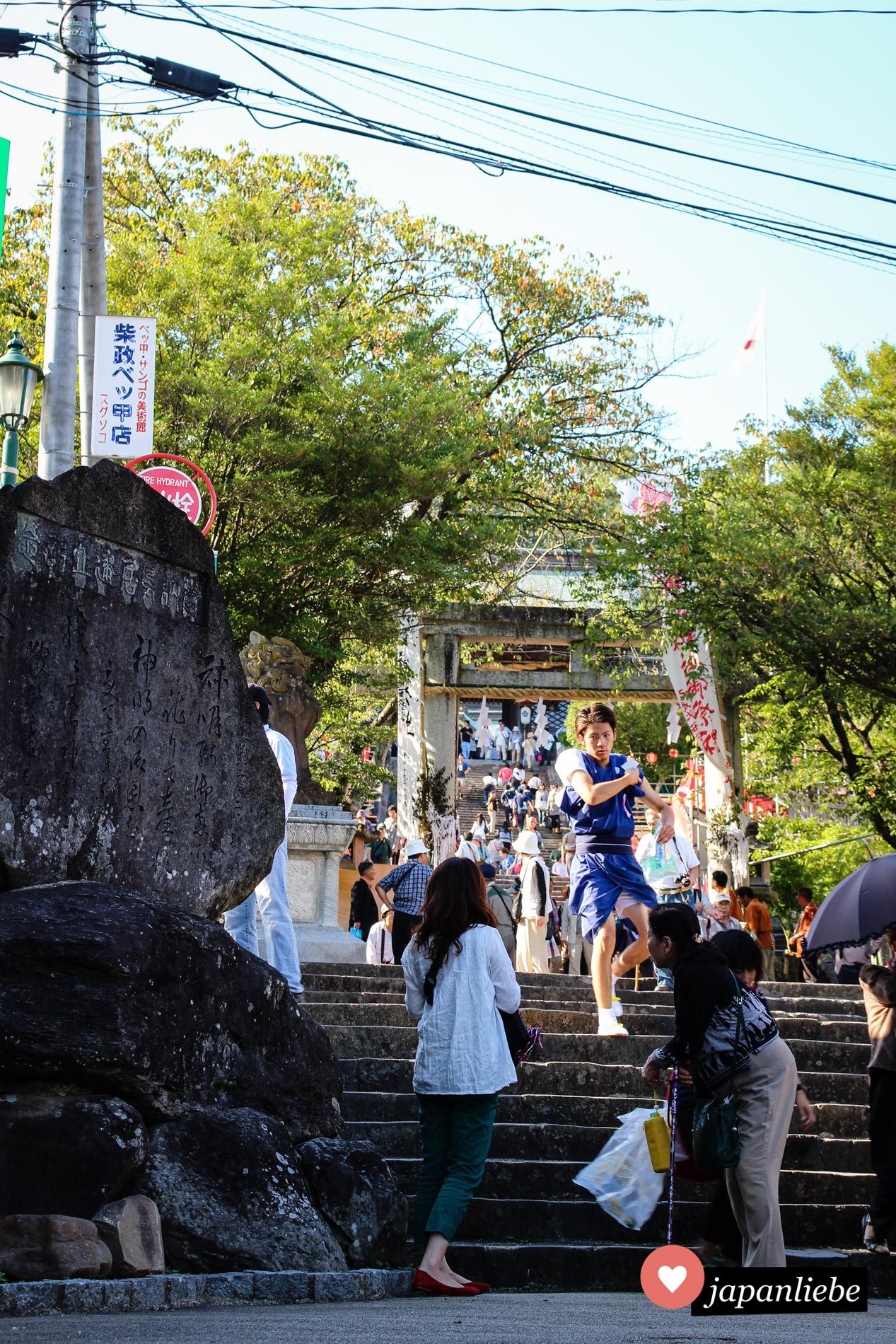 Die Treppen zum Suwa Schrein in Nagasaki an einem Tag mit matsuri.