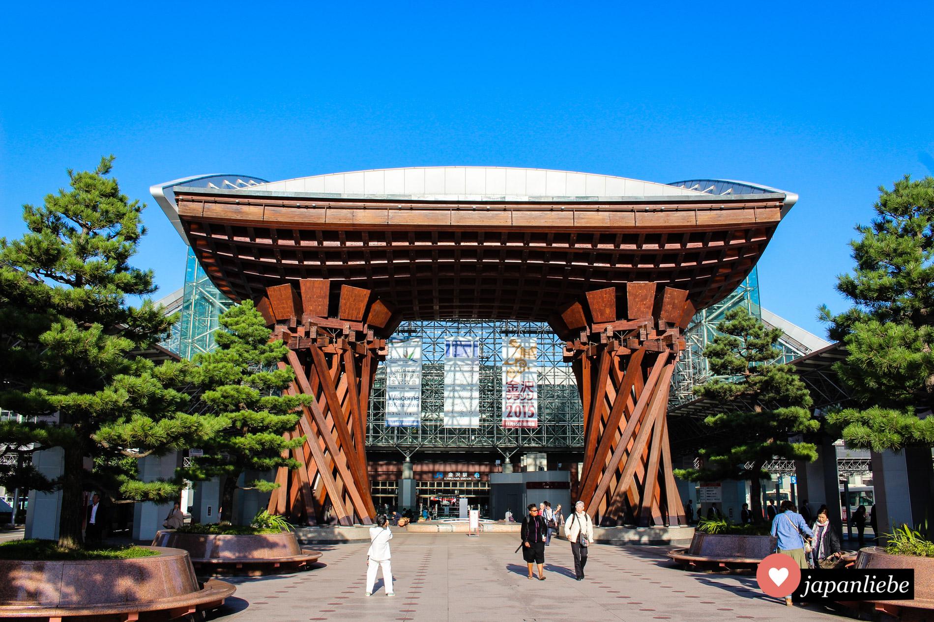 Seit 2005 macht das Tsuzumi-mon Tor schon die Ankunft am Bahnhof Kanazawa zum echten Hingucker.