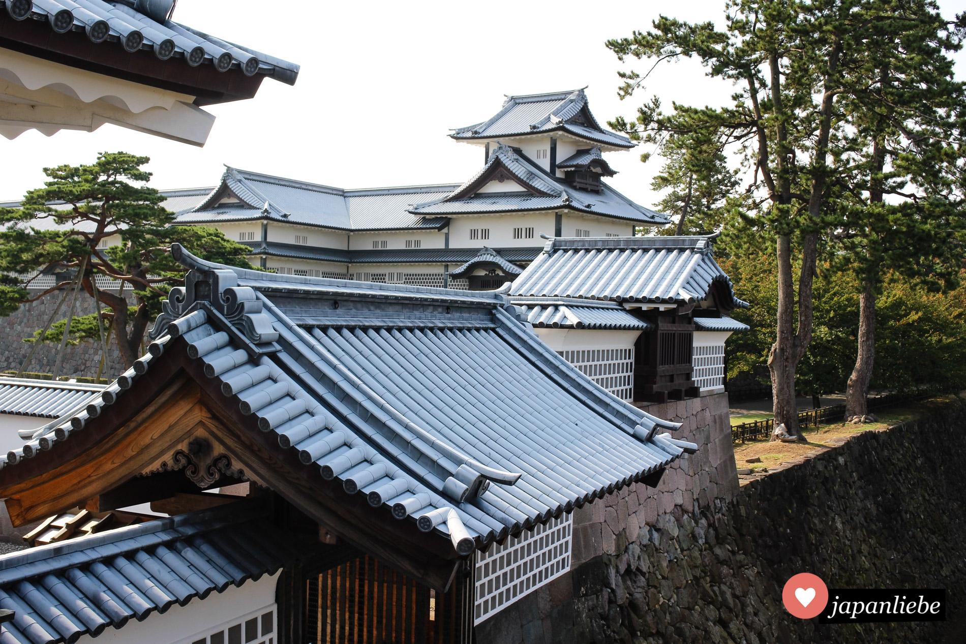 Beim Wiederaufbau der Burg Kanazawa wird mit traditionellen Handwerkstechniken gearbeitet. Das Ergebnis kann sich sehen lassen.
