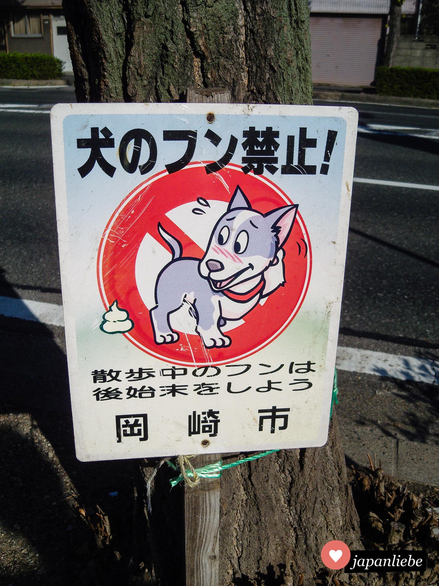 In Okazaki schämt sich der Hund selbst für sein Häufchen.