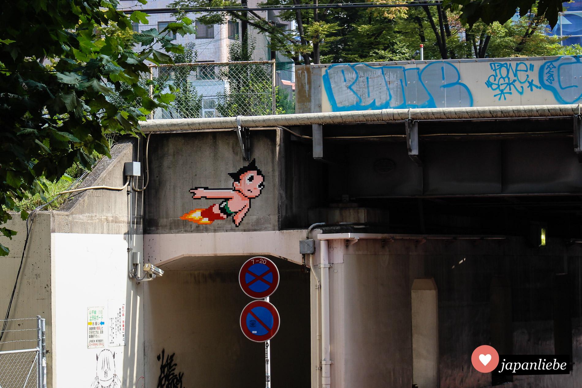 Das Astro-Boy-Mosaik des französischen Street-Art-Künstlers Invader in Shibuya.