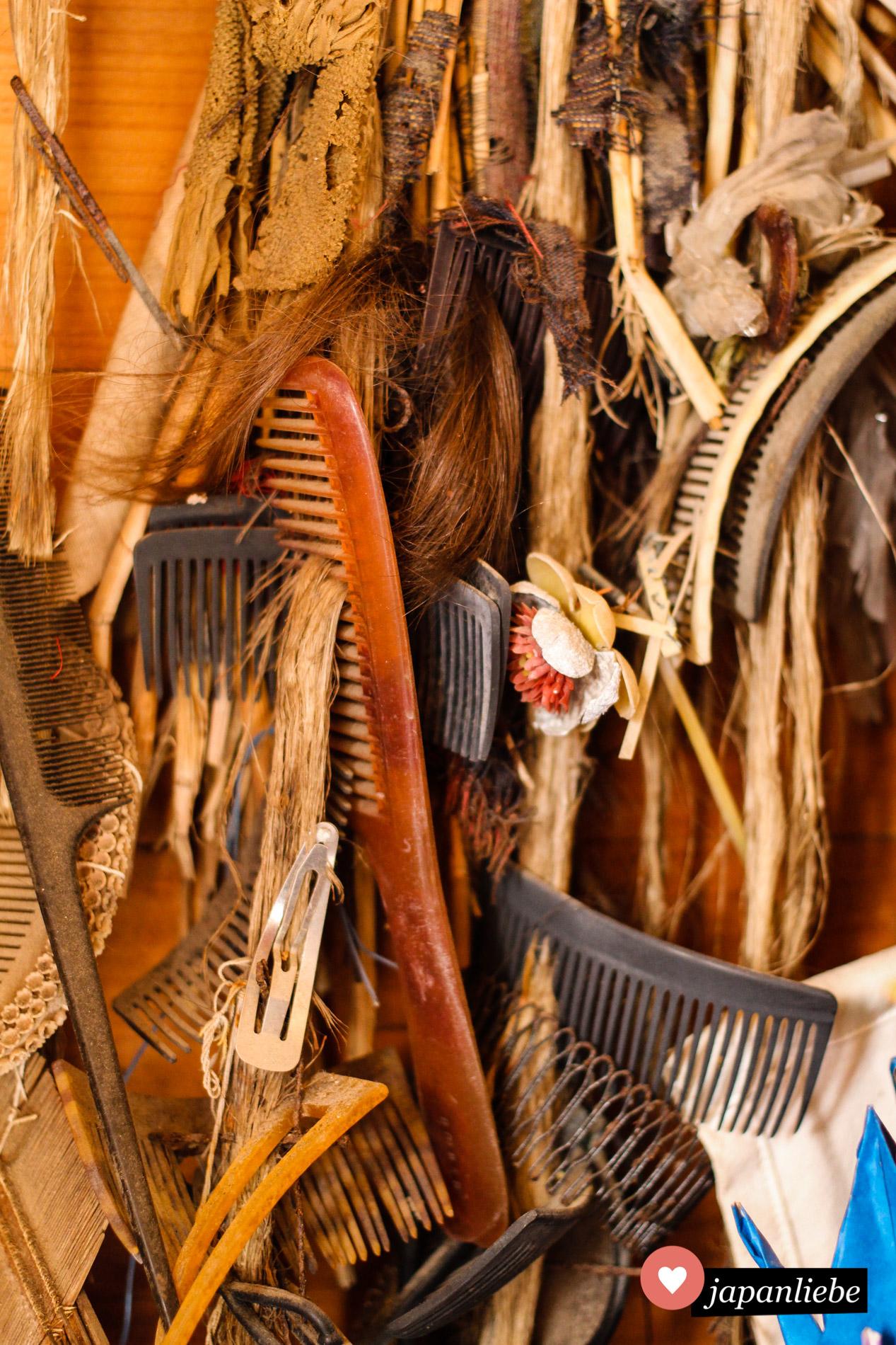 Am Taga-jinja finden sich Unmengen an alten Kämmen, Haarbürsten und sogar Haarschöpfe.