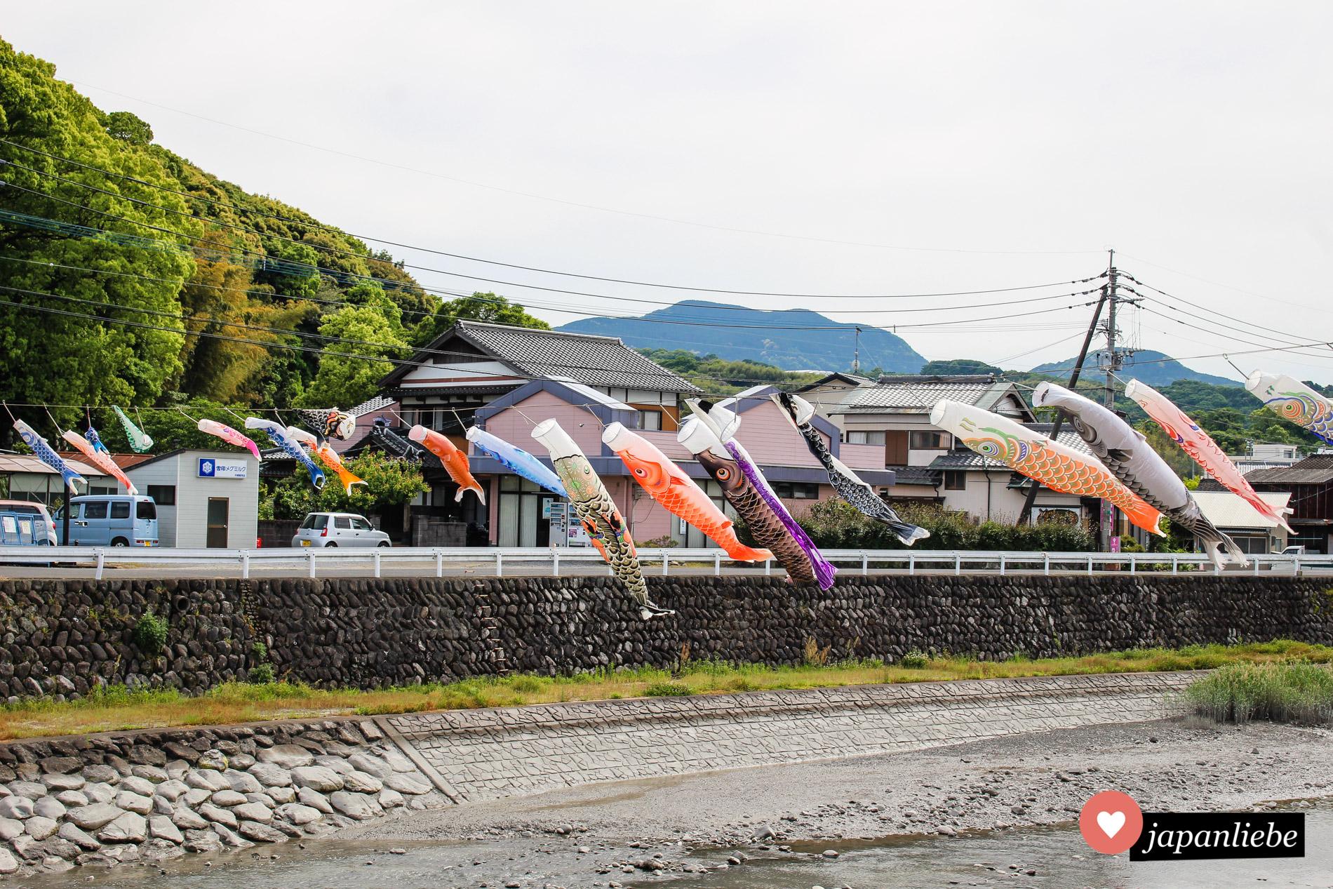 Dutzende Karpfenflaggen wehen über einem Fluss in der Stadt Kashima im Wind.