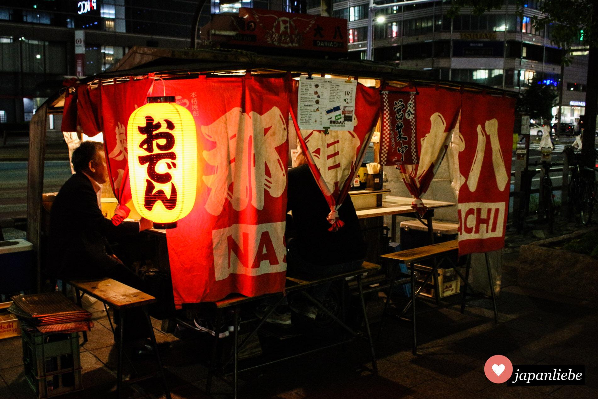 Ein yatai-Imbiss in Fukuoka verkauft nachts Oden, ein japanisches Eintopfgericht.