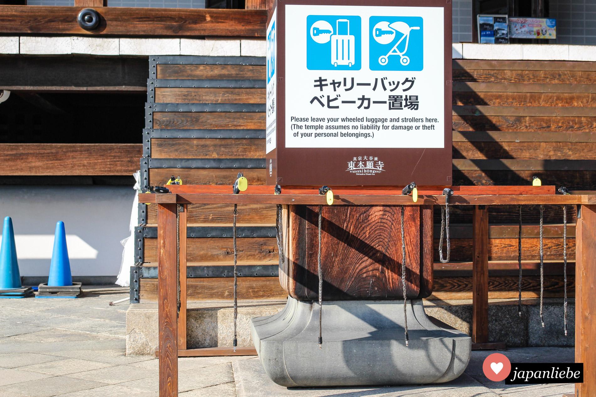 Am Hongan-ji-Tempel gibt es ganz zeitgemäß die Möglichkeit, Koffer und Kinderwägen vorübergehend sicher zu verstauen.