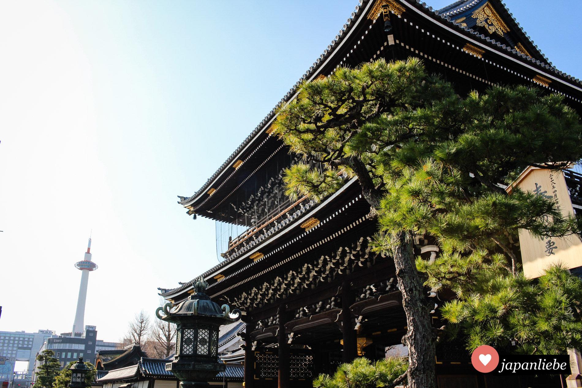 Der Hongan-ji-Tempel mit dem Kyōto Tower im Hintergrund.