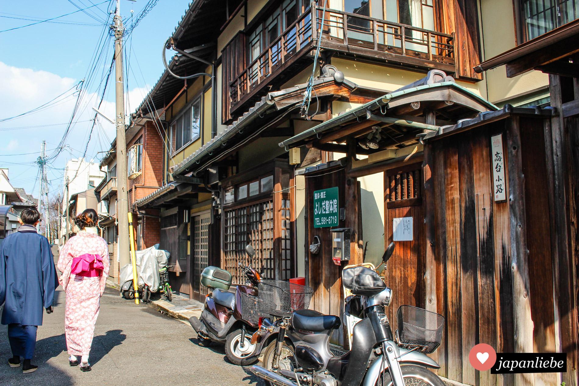 Traditionelle Architektur trifft auf die große Freiheit in Form eines Motorrads.