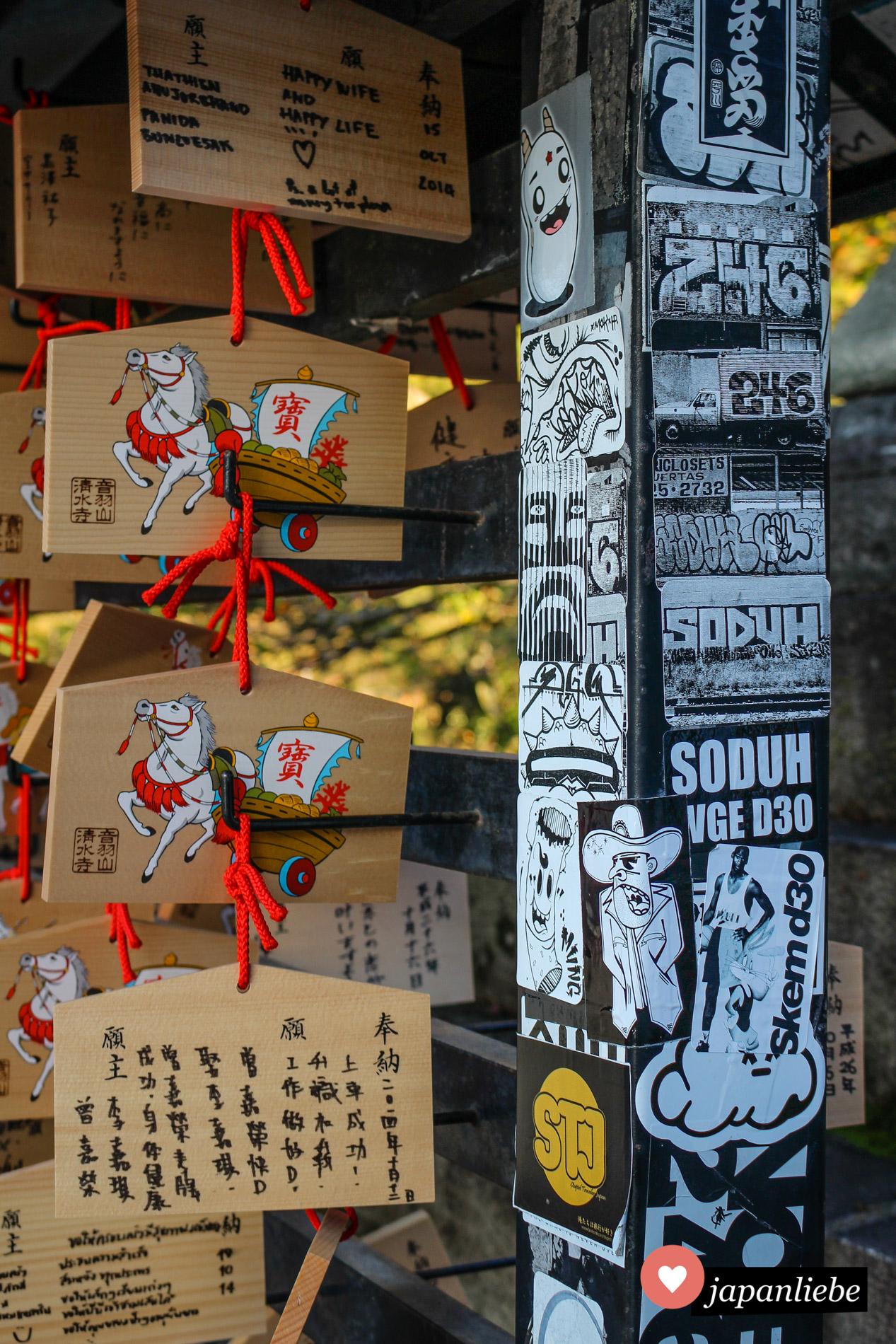 Neben ema-Wunschtafeln finden sich am Kiyomizu-dera-Tempel in Kyōto viele moderne senjafuda-Pilgersticker.