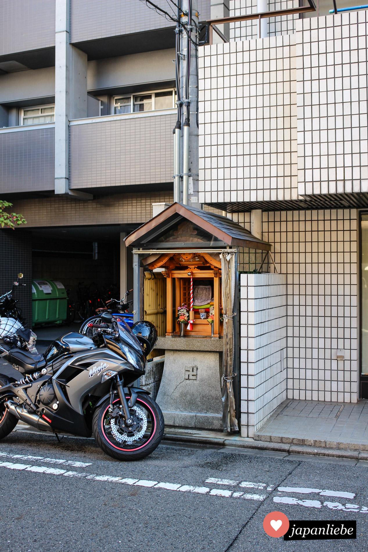 Ein Motorrad erschwert den Zugang für Betwillige.