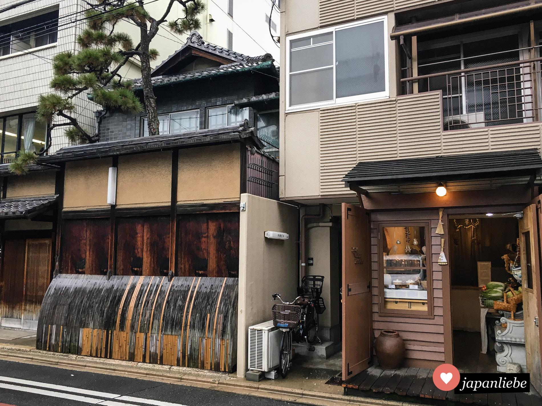 Traditionelle neben moderner Architektur ist in Kyōto keine Seltenheit.