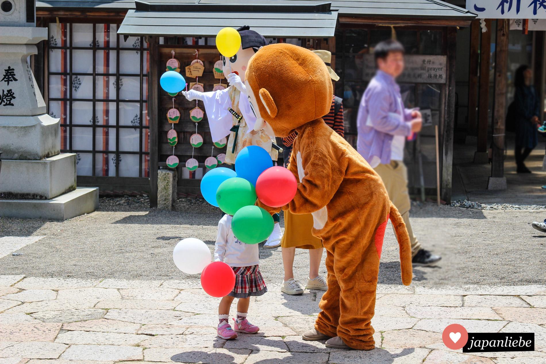 Am Tag der Kinder laufen am Kibitsuhiko-Schrein in Okayama Momotarō und seine tierischen Freunde herum und verteilen Luftballons.