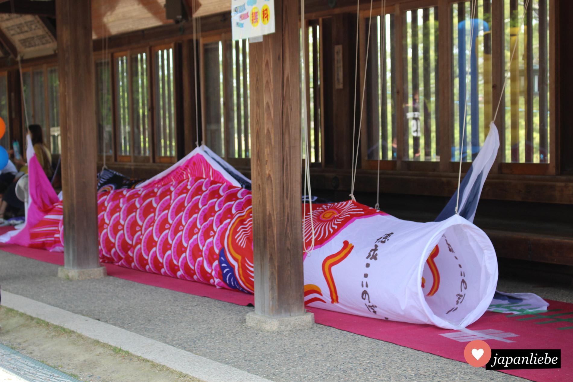 Am Kibitsuhiko-Schrein gabe es zum Kindertag einen Krabbeltunnel in koinobori-Form.