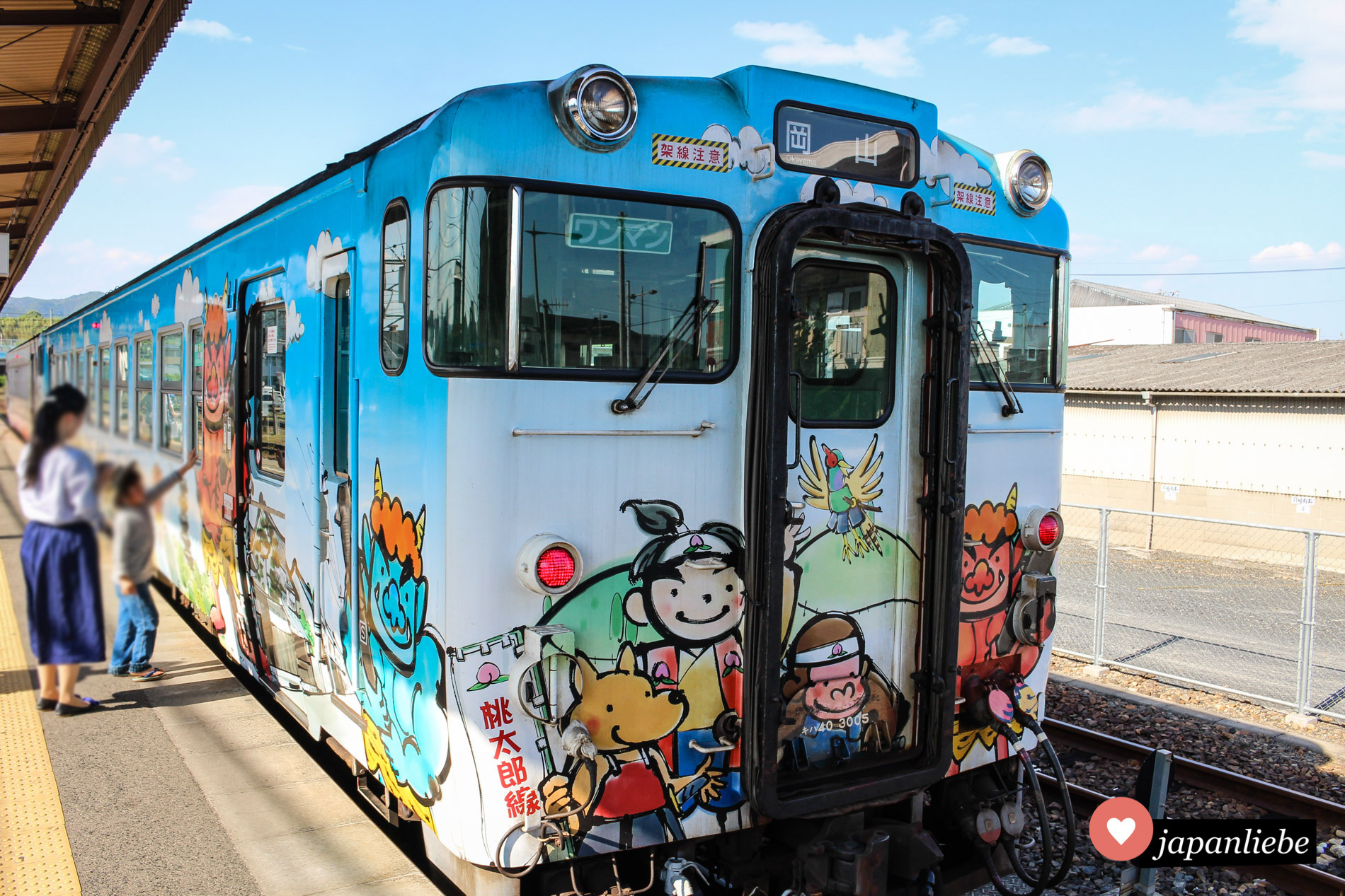 Ein Zug nach Okayama in einem speziellen Momotarō-Design.