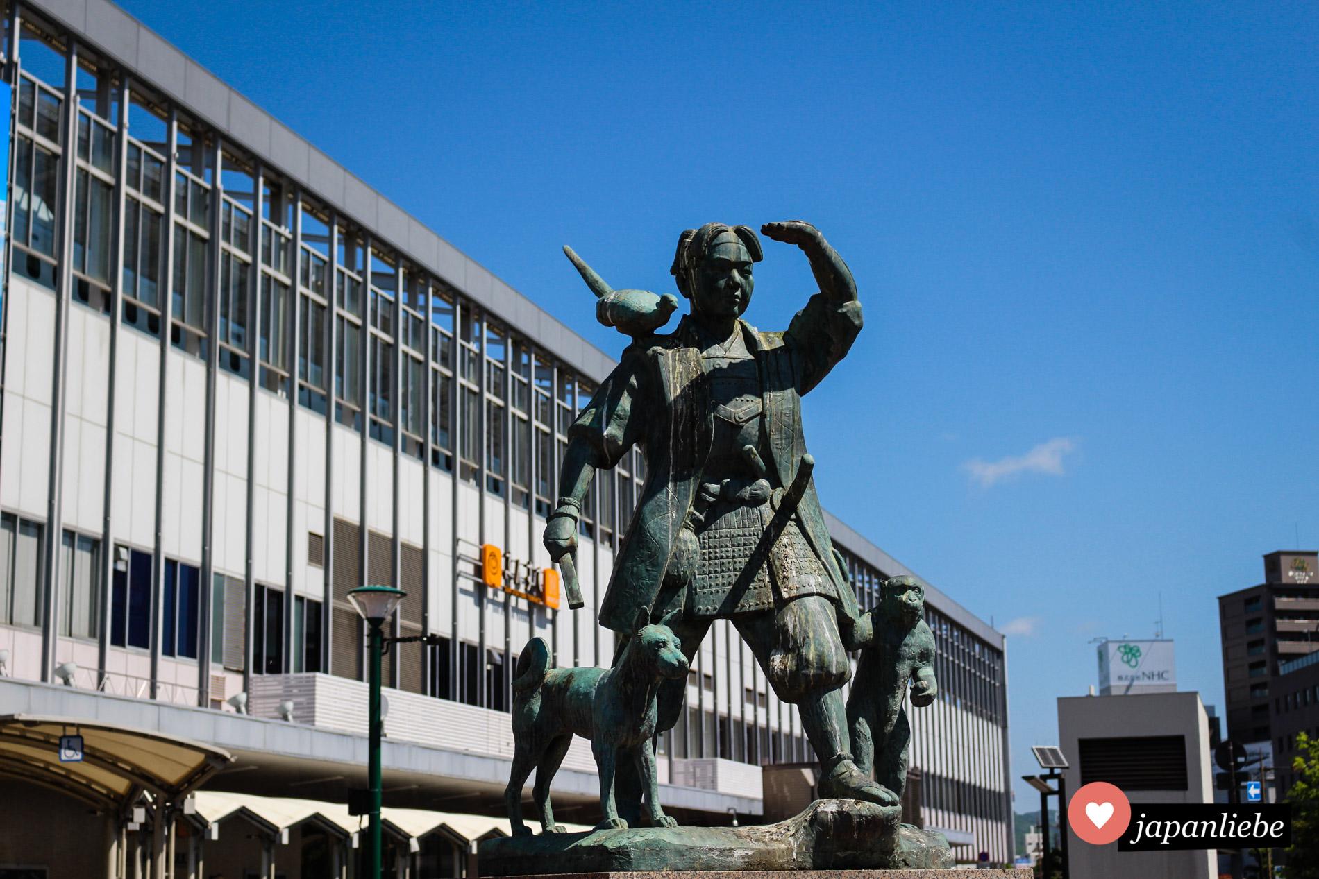 Schon am Bahnhof von Okayama wird man von einer Statue begrüßt, welche die Helden aus dem Märchen Momotarō zeigt.