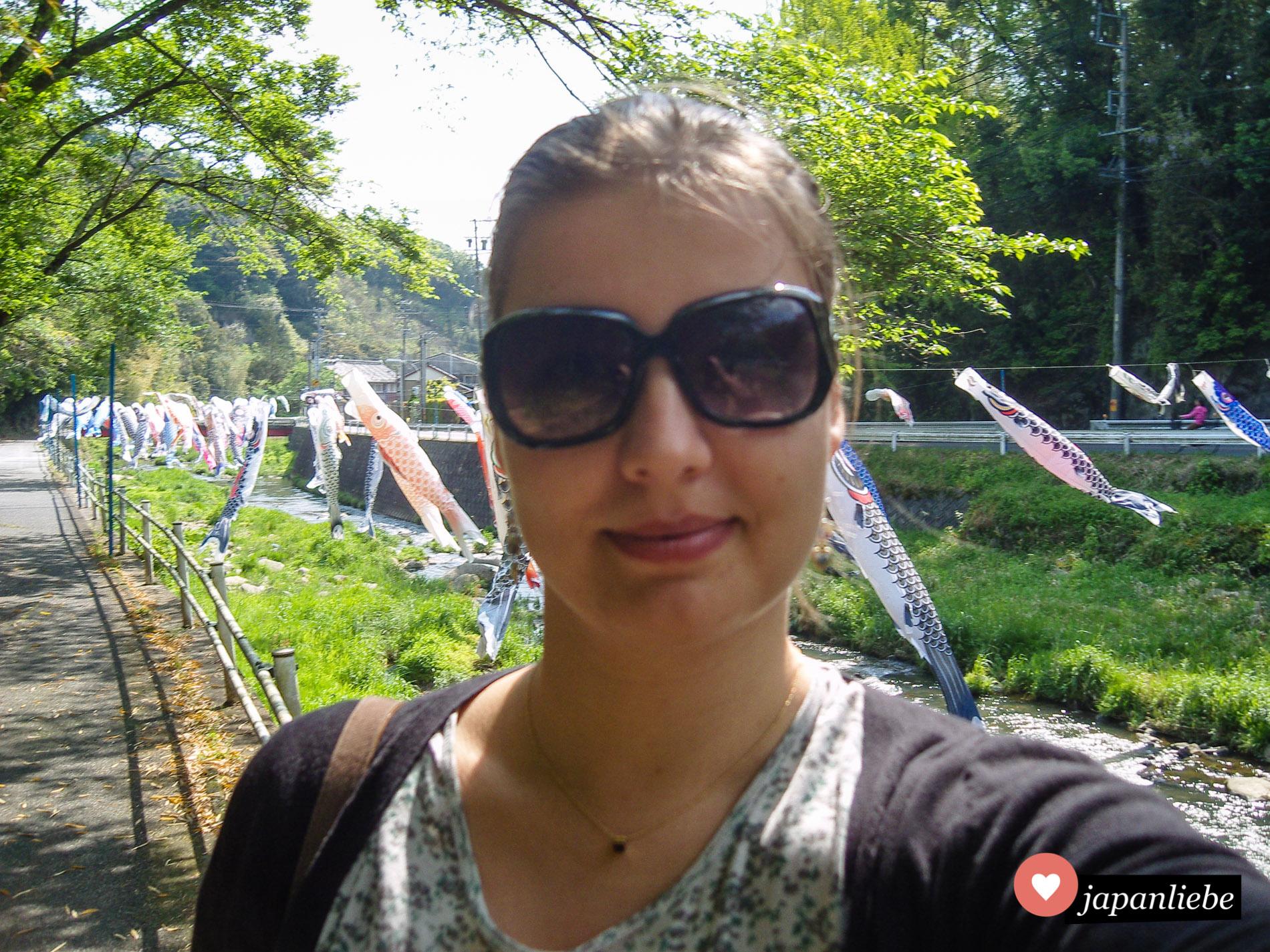 Ich habe schon Selfies gemacht, bevor sie in waren. 😋 Hier an einem Fluss mit unzähligen koinobori in meiner zweiten Heimat Okazaki.