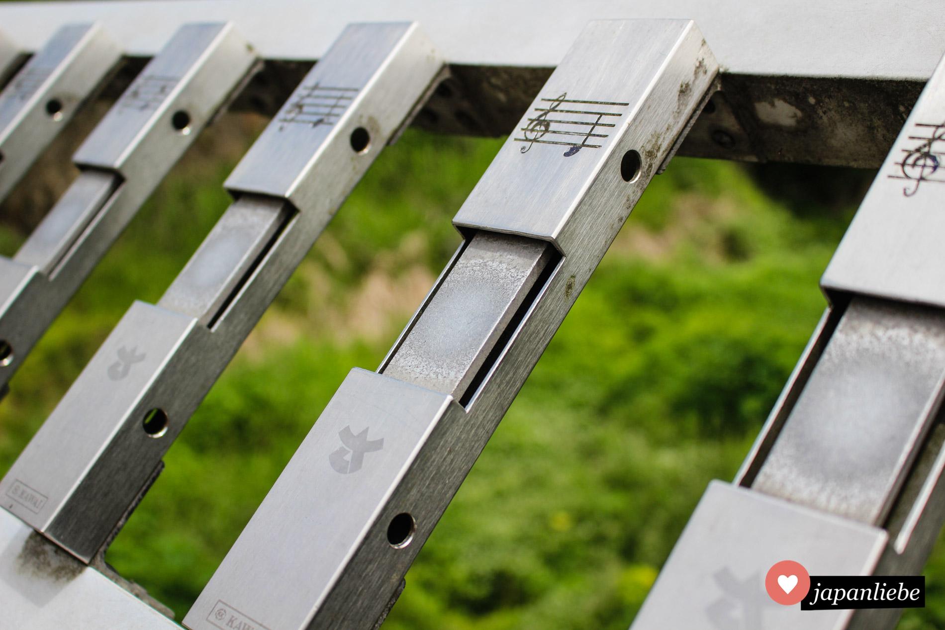 """Schlägt man an der Melody Bridge die einzelnen Klangstäbe an, kann man die Melodie des Kinderlieds """"Furusato"""" erzeugen."""