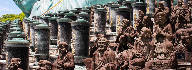 Angeblich die größte Bronzestatue der Welt: der liegende Buddha am Nanzo-in-Tempel Nahe Fukuoka.