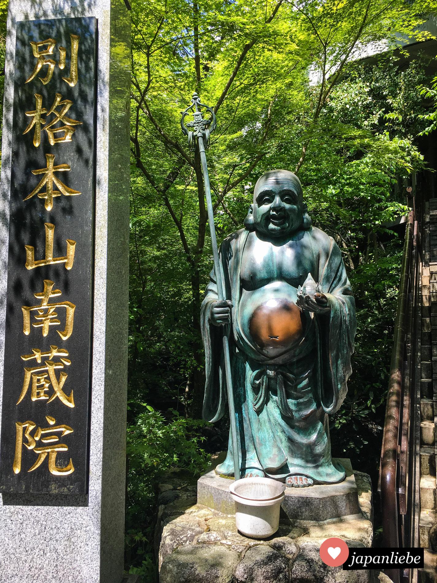 Am Eingang zum Nanzo-in-Tempel reiben die Besucher oft den Bauch der Statue für etwas mehr Glück.