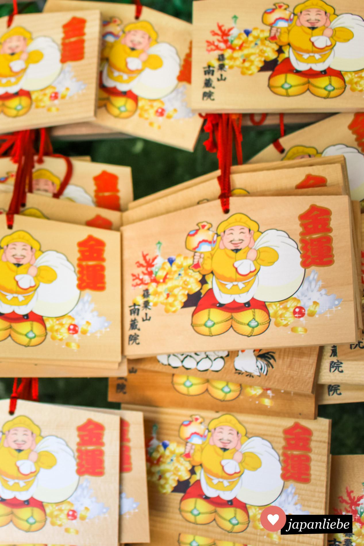 Einige der ema-Wunschtafeln am Nanzo-in-Tempel zeigen den Glücksgott Daikokuten.