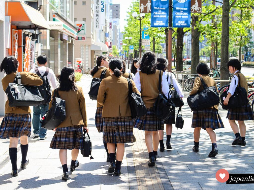 Schülerinnen in Schuluniform in Fukuoka, Japan.