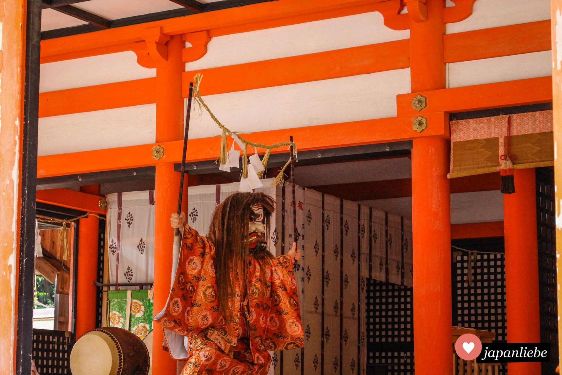 Eine kagura-Aufführung am Hinomisaki-Schrein in Izumo.
