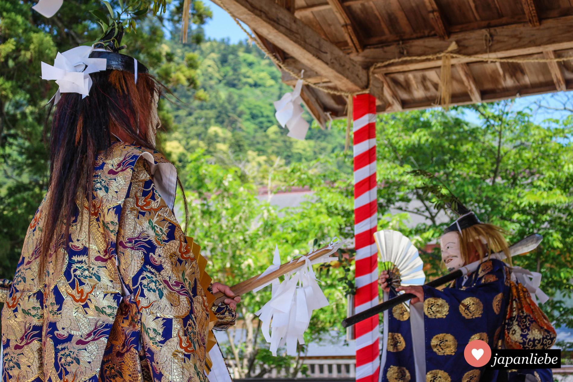 Die Bewegungen beim Izumo-kagura sind streng ritualisiert und hundertfach eingeübt.
