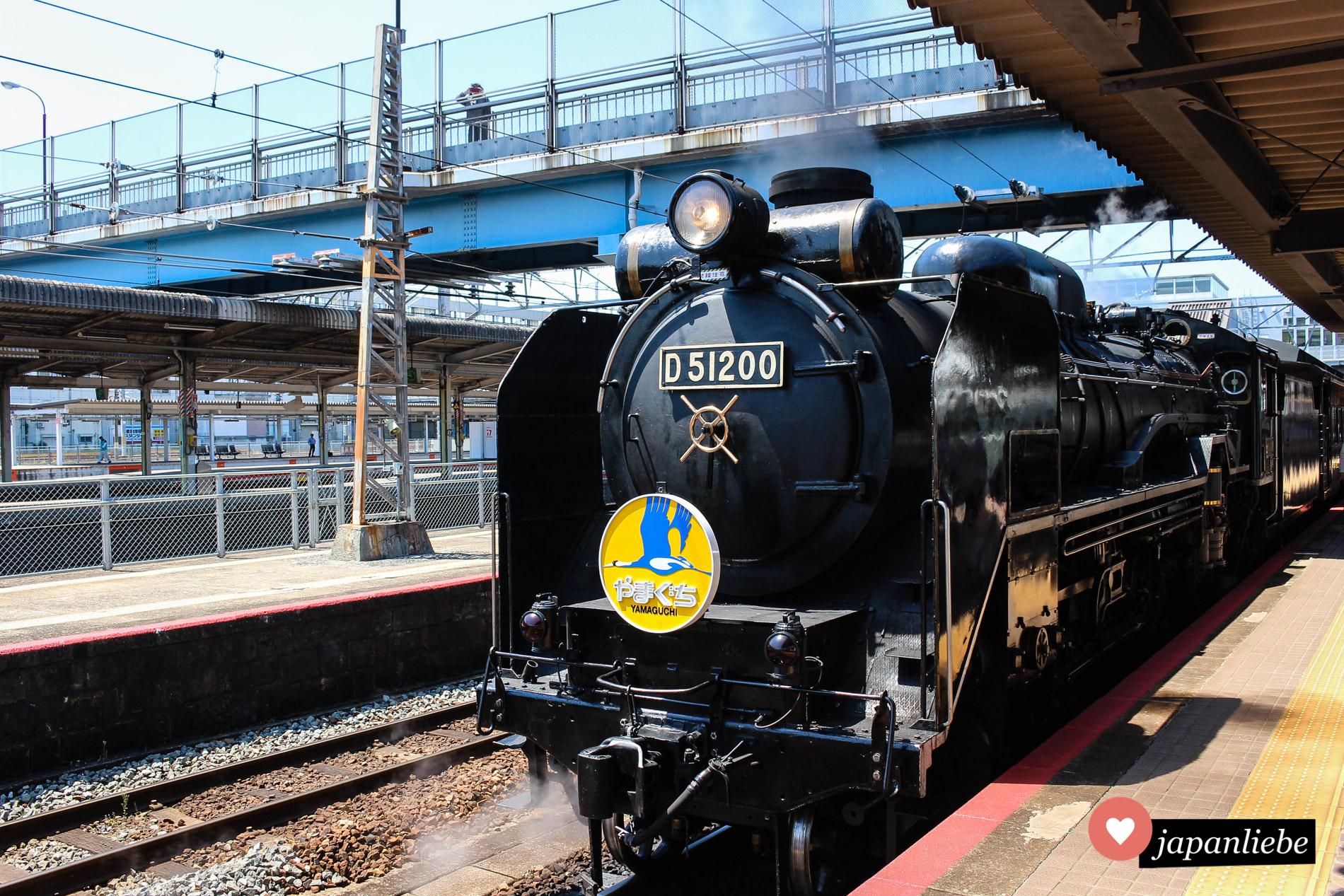 Die Dampflok wartet am Bahnhof Shin-Yamaguchi auf die Abfahrt.