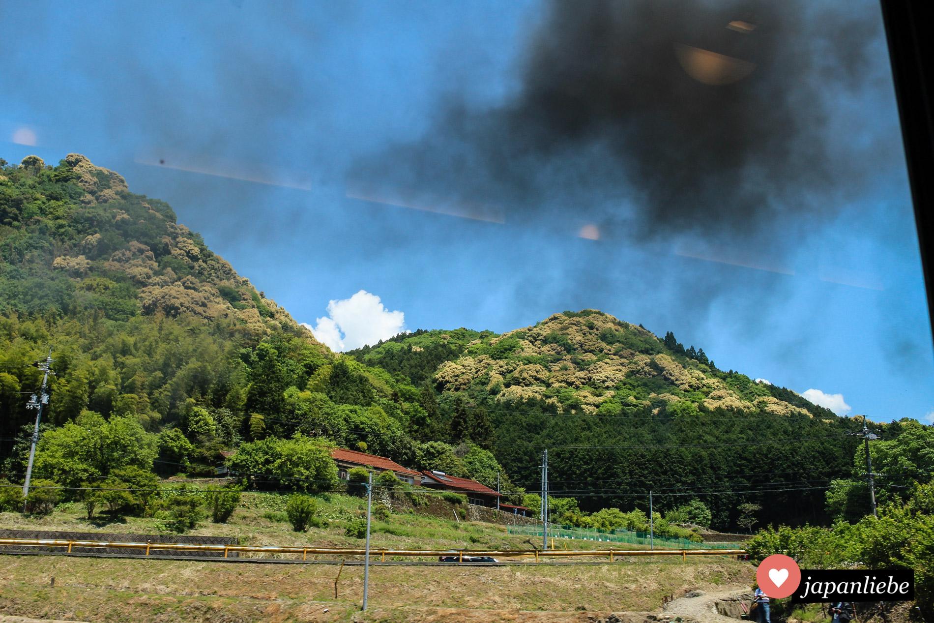 Rauchschwaden und Trainspotter, die versuchen, ein gutes Bild der SL Yamaguchi zu erhaschen.