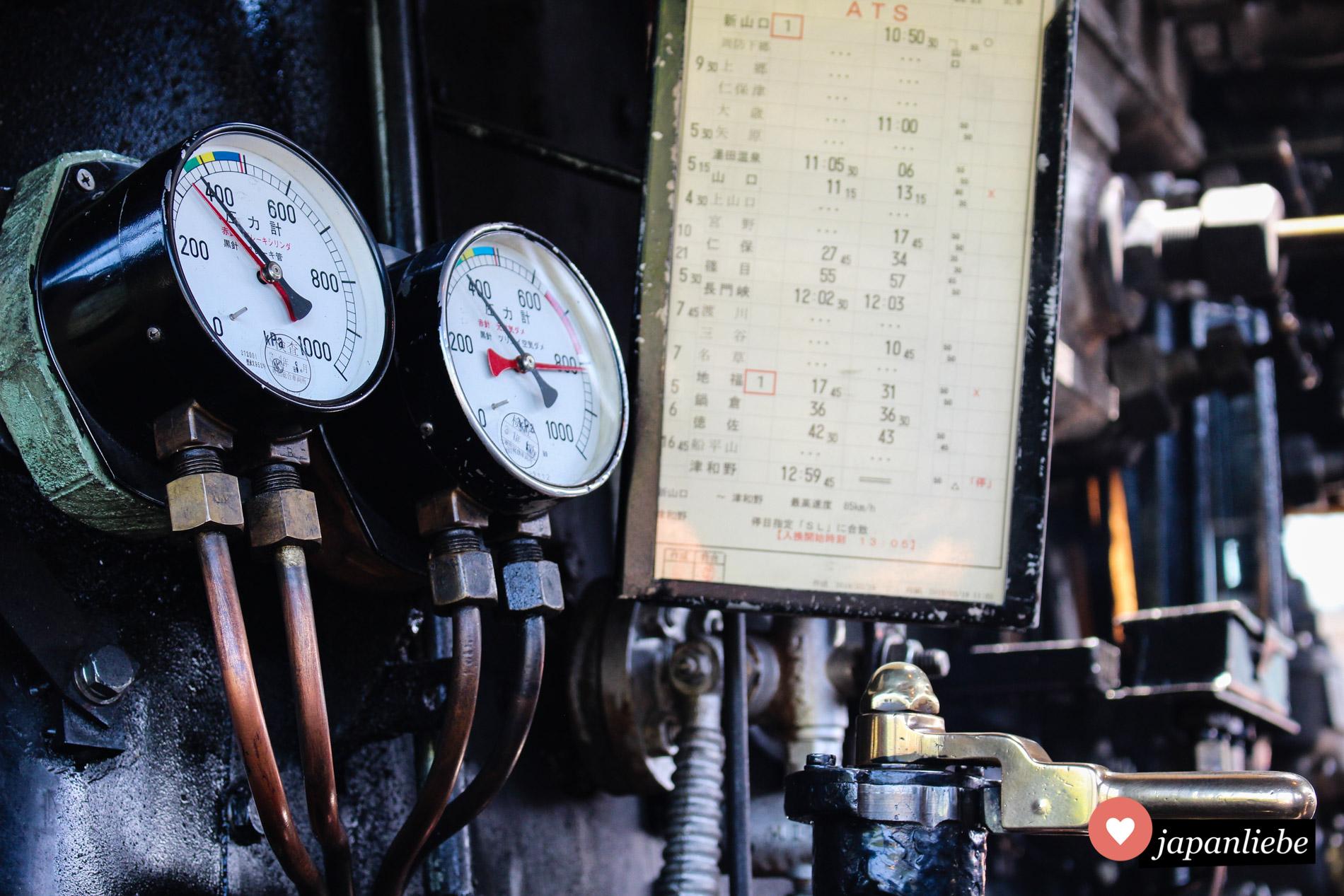 Während der Zwischenhalte bleibt viel Zeit, um die alte Dampflady genauer zu inspizieren.