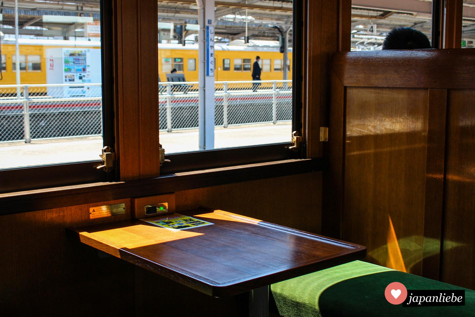 Auch innen erinnert der Zug, der von einer Dampflok gezogen wird, an frühere Zeiten.