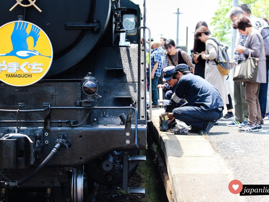 Die SL Yamaguchi wird von Lokführer wie Fahrgästen inspiziert.