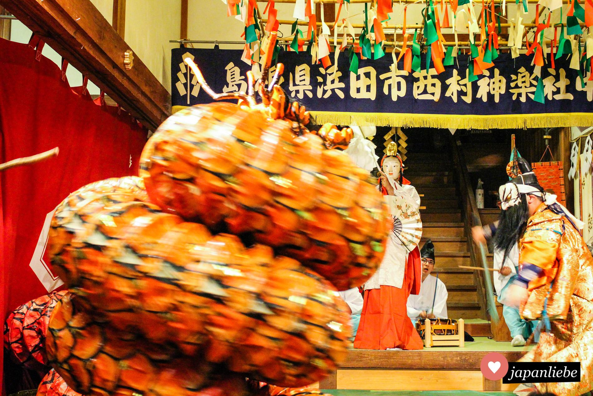 Der Drache Orochi tritt auf. Ein einzelner Schauspieler hantiert mit vielen Metern Schlangenleib-Kostüm.