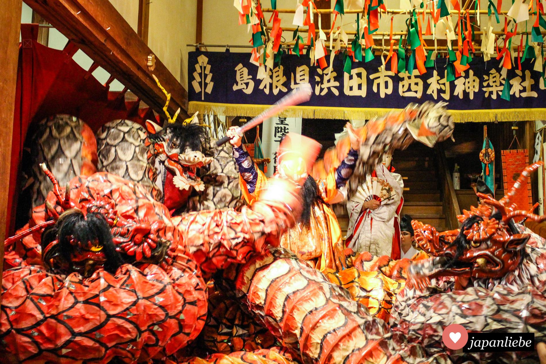 Der Kampf von Susanoo gegen den achtköpfigen Drachen Yamato-no-Orochi ist wild.